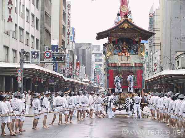 京都祇園祭:山鉾を引く人の写真 京都祇園祭:山鉾を引く人の写真