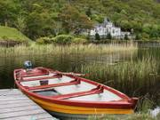 Kylemore Abbey and boat, Co. Galway, Irelandの写真